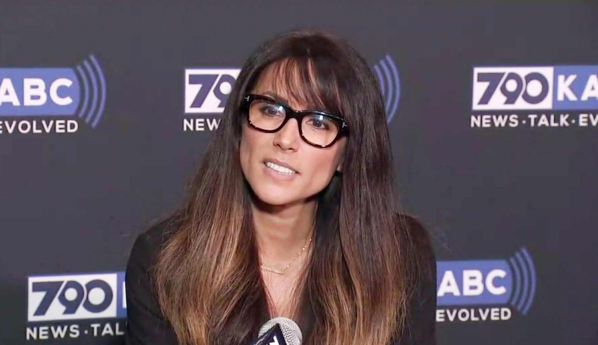 Penyiar Leeann Tweeden memberi keterangan terkait pelecehan seksual yang dilakukan Senator AS Al Franken di Glendale, California, (16/11/2017).  Leeann Tweeden, mengatakan peristiwa terjadi saat ia tidur selama acara tur USO 2006. (KABC-TV via AP)