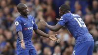 Gelandang Chelsea, N'Golo Kante (kiri) berselebrasi usai mencetak gol ke gawang Liverpool pada pertandingan lanjutan Liga Inggris di Stadion Stamford Bridge, London (22/9/2019). Liverpool menang tipis atas Chelsea 2-1. (AP Photo/Matt Dunham)