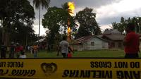 Warga berkumpul melihat kebakaran yang melanda pengeboran sumur minyak ilegal yang dikelola masyarakat di Peureulak, Provinsi Aceh, Rabu (25/4). Sumur minyak yang meledak ini diduga milik warga setempat bernama Nazaruddin. (ILYAS ISMAIL/AFP)