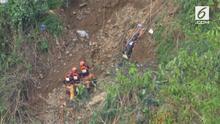 Hari Senin (17/9), puluhan petugas penyelamat mencari korban yang tertimbun tanah longsor di daerah Itogon, Filipina. Longsor dipicu topan Mangkhut yang sempat terjang Filipina.
