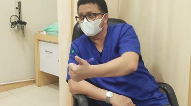 Indra Yovi, dokter spesialis paru yang pertama kali menangani pasien Covid-19 di Riau bersama 12 anggotanya.